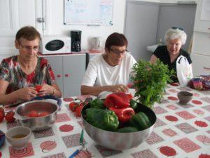 Atelier cuisiner légumes lutter contre l'isolement GEM Alès
